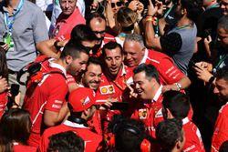 Ferrari viert de overwinning in parc ferme