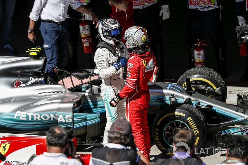Yarış galibi Sebastian Vettel, Ferrari SF70H, parc ferme, Valtteri Bottas, Mercedes AMG F1
