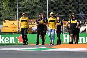 Carlos Sainz Jr., Renault Sport F1 Team RS 18 parcourt la piste à pied