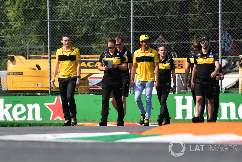 Carlos Sainz Jr., Renault Sport F1 Team RS 18 walks the track