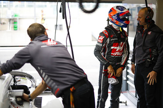 Romain Grosjean, Haas F1 Team, in de garage
