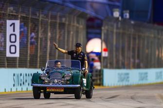 Max Verstappen, Red Bull Racing, zwaait tijdens de rijdersparade