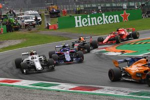 Charles Leclerc, Sauber C37, Pierre Gasly, Scuderia Toro Rosso STR13, Daniel Ricciardo, Red Bull Racing RB14 and Sebastian Vettel, Ferrari SF71H battle