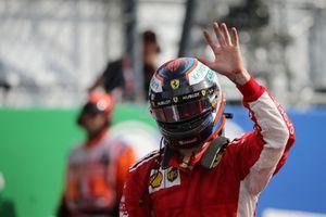 Le poleman Kimi Raikkonen, Ferrari fête sa pole position dans le Parc Fermé