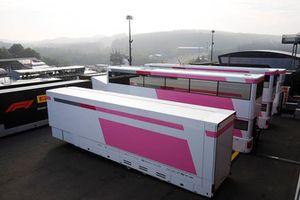 Des camions Force India sans logos dans le paddock