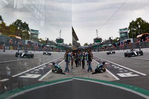 Lewis Hamilton, Mercedes AMG F1 W09, devant Valtteri Bottas, Mercedes AMG F1 W09, dans la voie des stands