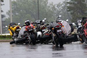 Rüzgar yüzünden düşen motosikletler