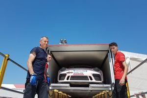 La Porsche 911 GT3 Cup di Daniele Cazzaniga, Ghinzani Arco Motorsport, sul camion
