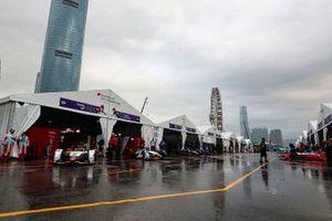 Los autos abandonan sus garajes antes de la sesión de práctica, liderados por Daniel Abt, Audi Sport ABT Schaeffler, Audi e-tron FE05, Lucas Di Grassi, Audi Sport ABT Schaeffler, Audi e-tron FE05