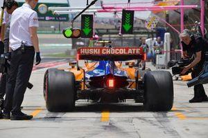 Lando Norris, McLaren MCL34, dans les stands durant les essais