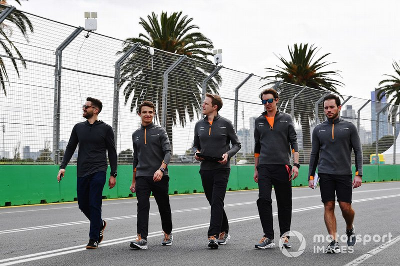 Lando Norris, McLaren, recorre la pista con el equipo