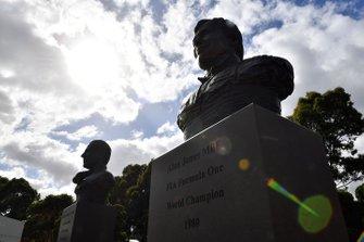 Bustos de los campeones del mundo de Fórmula 1 australianos Sir Jack Brabham y Alan Jones