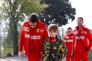Руководитель команды Ferrari Маттиа Бинотто с сыном председателя совета директоров FIAT Джона Элканна