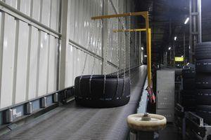 Üretimden çıkan GT lastiği kalite kontrol bölümüne geliyor