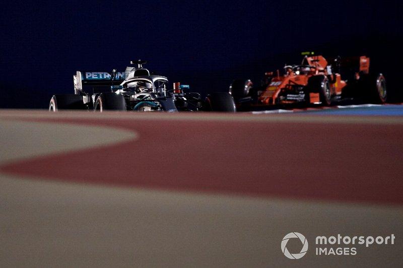 Lewis Hamilton, Mercedes AMG F1 W10, predece Charles Leclerc, Ferrari SF90