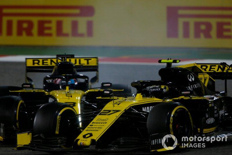 Contact entre les Renault alors que Hülkenberg dépasse Ricciardo