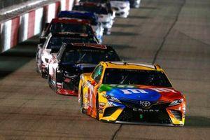 Kyle Busch, Joe Gibbs Racing, Toyota Camry M&M's, Landon Cassill, StarCom Racing, Chevrolet Camaro Superior Essex