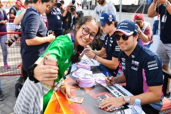 Sergio Perez, Racing Point, incontra un fan