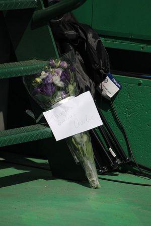 Цветы в память о Чарли Уайтинге