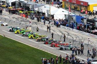 Автомобили участников перед стартом