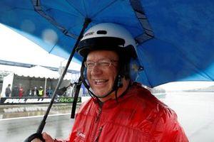 Oficial de IMSA en la lluvia