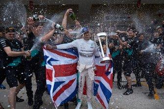 Lewis Hamilton, Mercedes AMG, celebra con el equipo