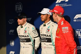 Valtteri Bottas, Mercedes AMG F1, le poleman Lewis Hamilton, Mercedes AMG F1, et Sebastian Vettel, Ferrari