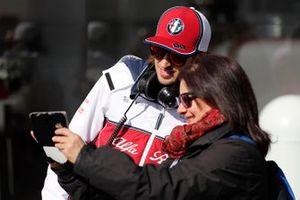Antonio Giovinazzi, Alfa Romeo Racing with a fan