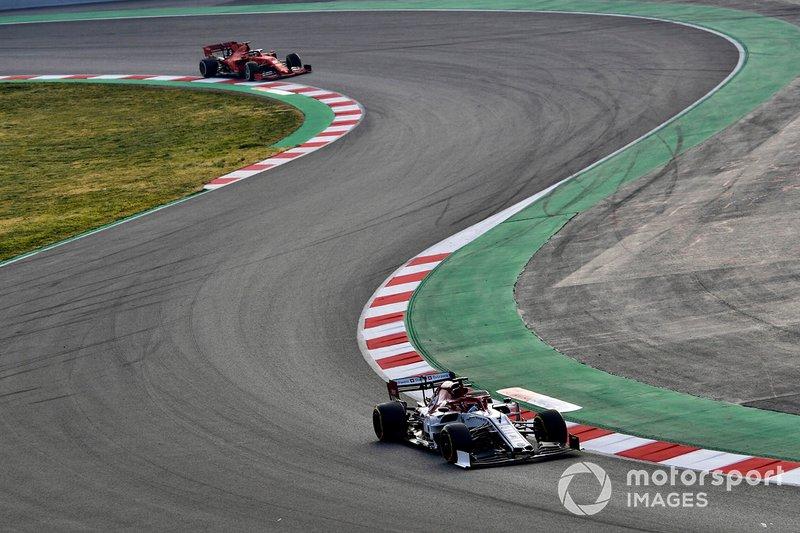 Kimi Raikkonen, Alfa Romeo Racing C38, precede Sebastian Vettel, Ferrari SF90