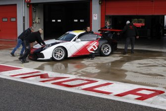 I meccanici del team Tsunami RT spingono la Porsche nel garage