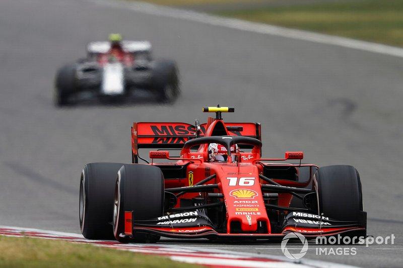 As estratégias de Vettel e Leclerc acabaram diferentes, fazendo com que o piloto do carro #16 também perdesse a quarta colocação para Max Verstappen.