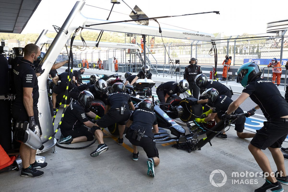 Lewis Hamilton, Mercedes F1 W11 en pits