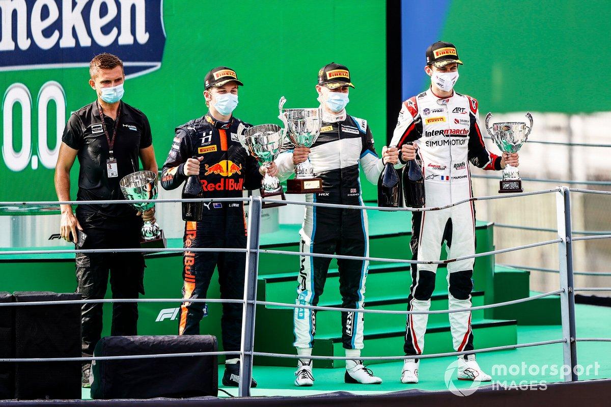 Liam Lawson, Hitech Grand Prix, el ganador Jake Hughes, HWA Racelab y Theo Pourchaire, ART Grand Prix en el podio