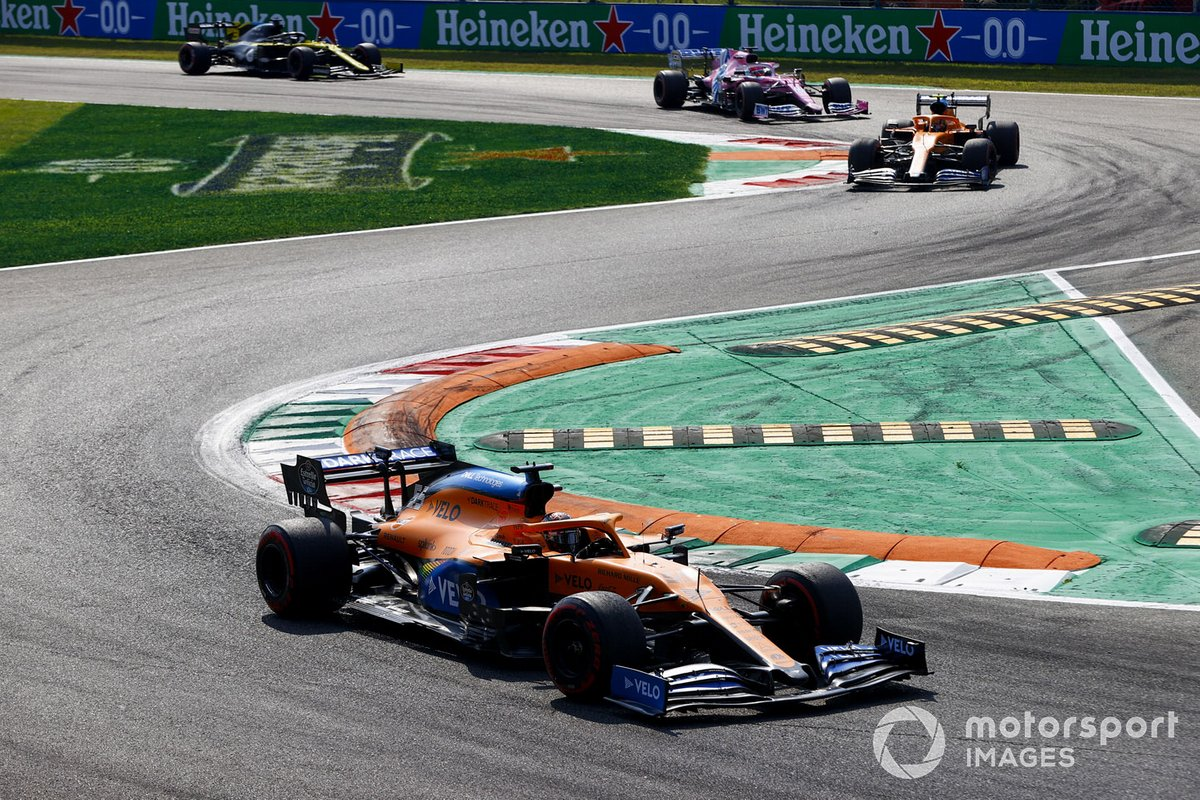 Carlos Sainz Jr., McLaren MCL35, Lando Norris, McLaren MCL35, e Sergio Perez, Racing Point RP20