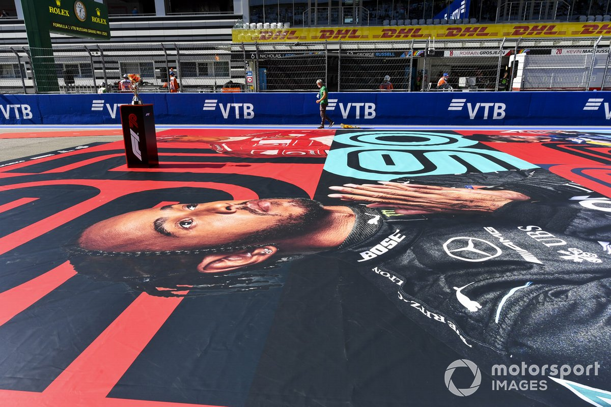Una imagen de Lewis Hamilton, Mercedes-AMG F1, Michael Schumacher y otros pilotos en la parrilla antes de la salida