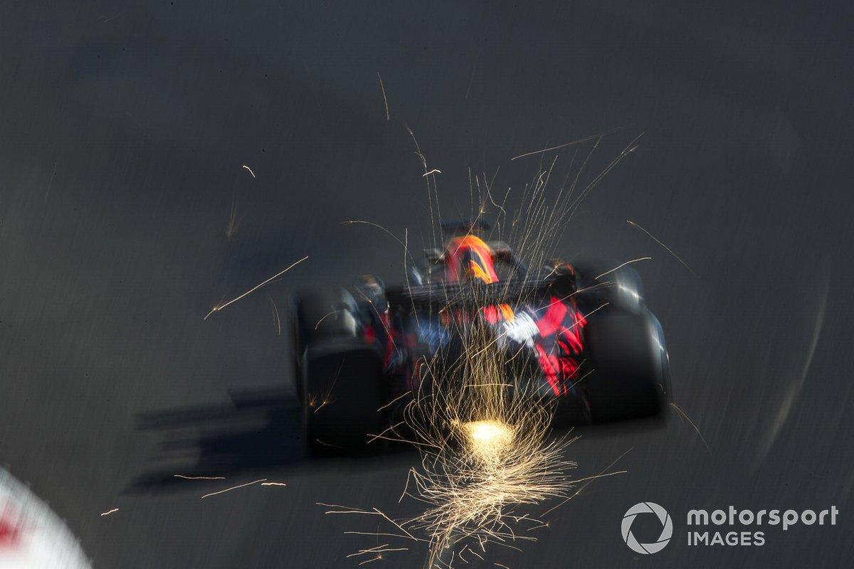 Volano scintille dall'auto di Max Verstappen, Red Bull Racing RB16