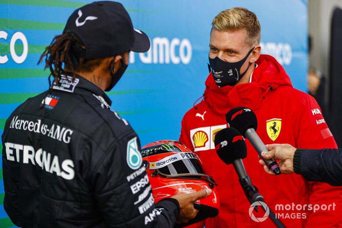 Mick Schumacher felicita a Lewis Hamilton, Mercedes-AMG F1, 1er puesto, por igualar el récord de victorias de su padre de 91 victorias y le regala el casco de su padre Michael Schumacher
