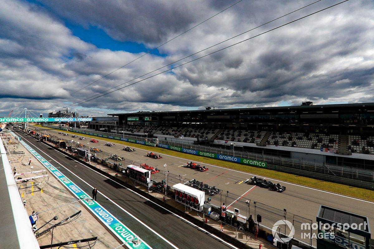 Valtteri Bottas, Mercedes F1 W11, e Lewis Hamilton, Mercedes F1 W11 alla partenza