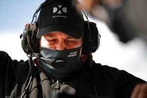 Simon Pagenaud, Team Penske Chevrolet, crew member