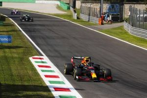Alex Albon, Red Bull Racing RB16, Valtteri Bottas, Mercedes F1 W11, and Sergio Perez, Racing Point RP20