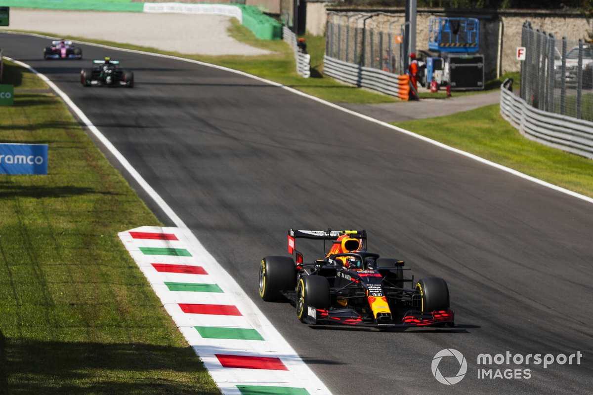Alex Albon, Red Bull Racing RB16, Valtteri Bottas, Mercedes F1 W11, e Sergio Perez, Racing Point RP20