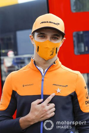 Lando Norris, McLaren, shows his tribute pin badge for Anthoine Hubert