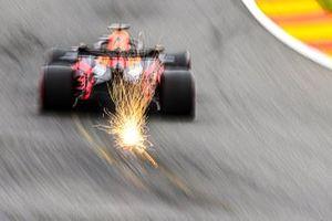 Le scintille volano dell'auto di Max Verstappen, Red Bull Racing RB16