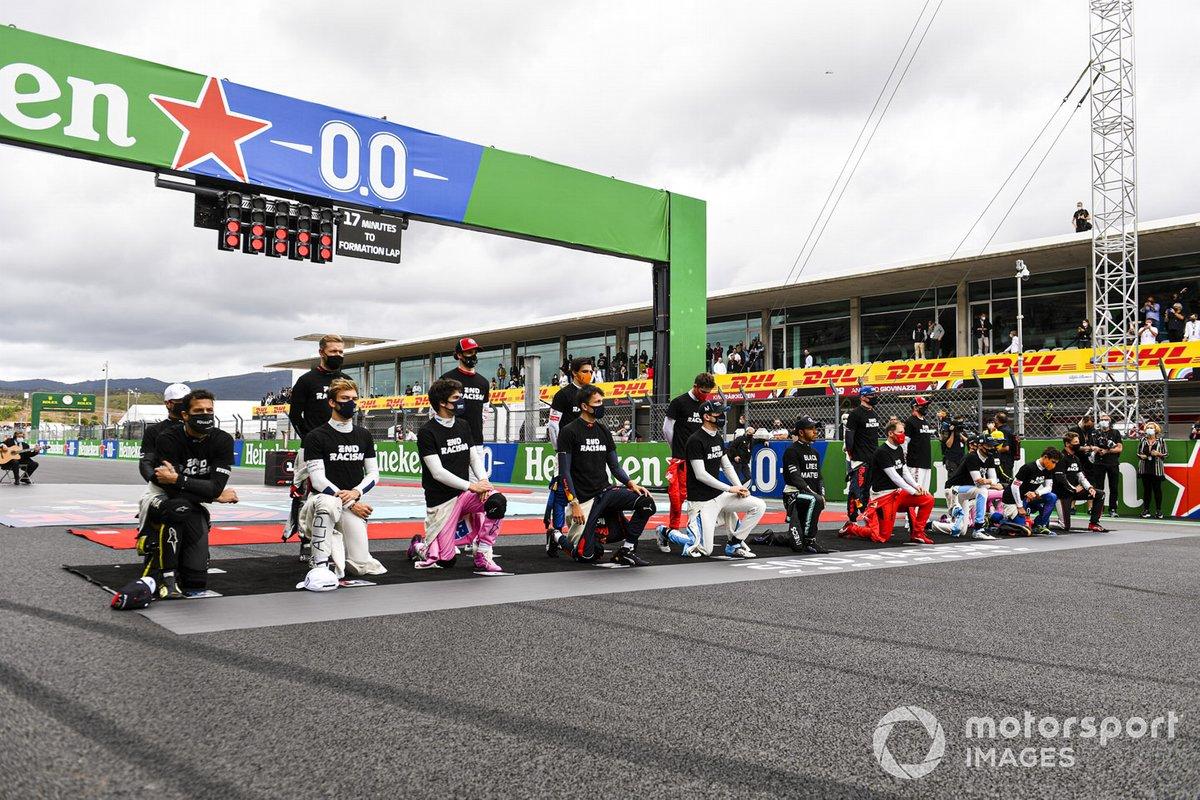Los pilotos y Lewis Hamilton, Mercedes-AMG F1, se arrodillan
