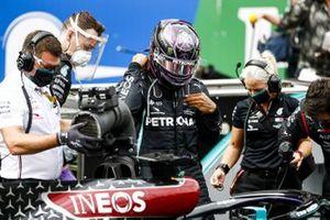 Lewis Hamilton, Mercedes-AMG F1 and Angela Cullen, Physio for Lewis Hamilton on the grid