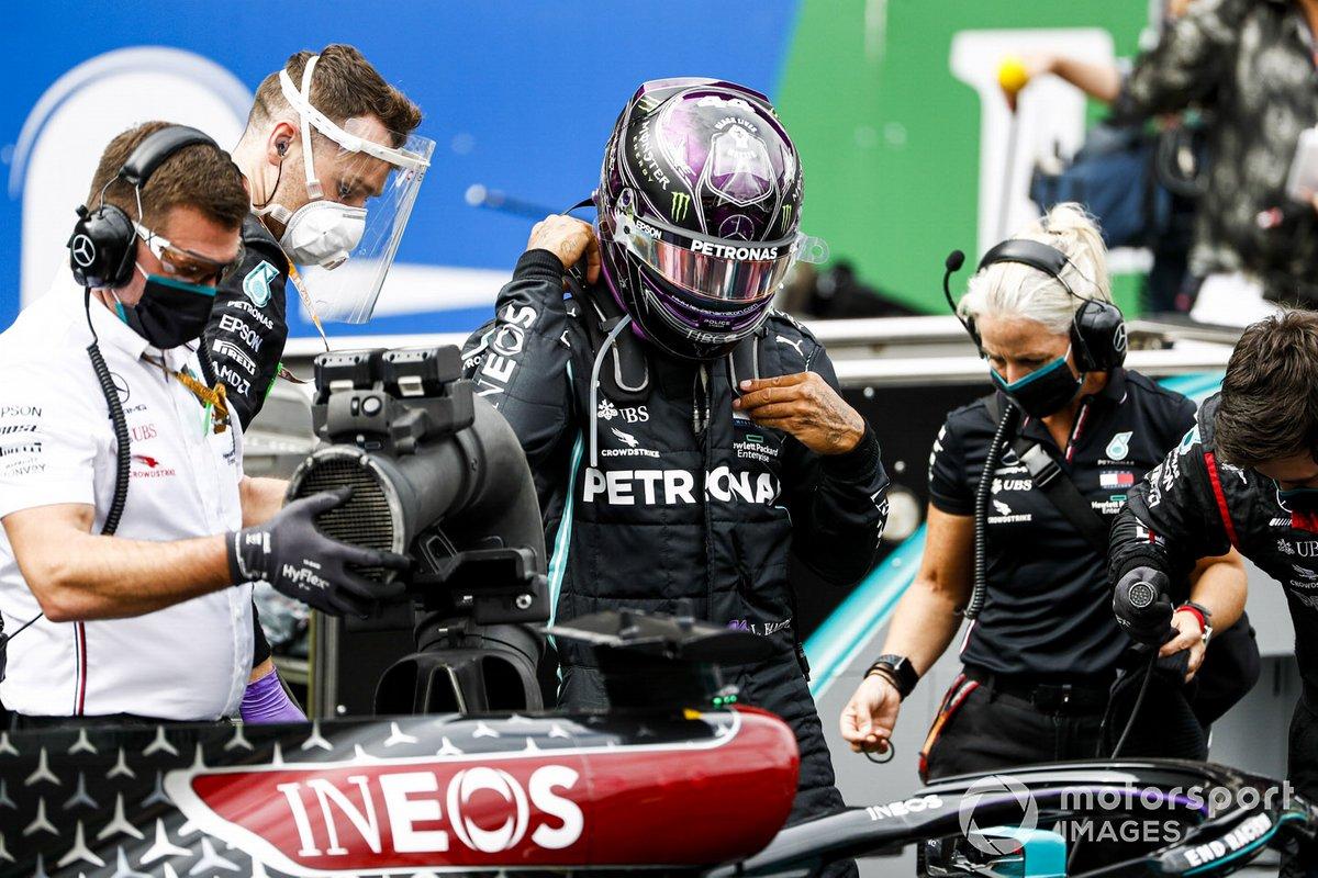 Lewis Hamilton, Mercedes-AMG F1 y Angela Cullen, Physio para Lewis Hamilton en la parrilla