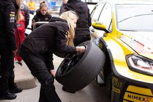 'Girl's Only' team Giti Tire Motorsport by WS Racing preparation