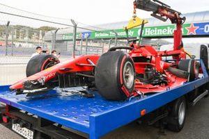 De beschadigde auto van Sebastian Vettel, Ferrari SF1000