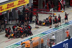 Alex Albon, Red Bull Racing RB16, Max Verstappen, Red Bull Racing RB16, in de pits