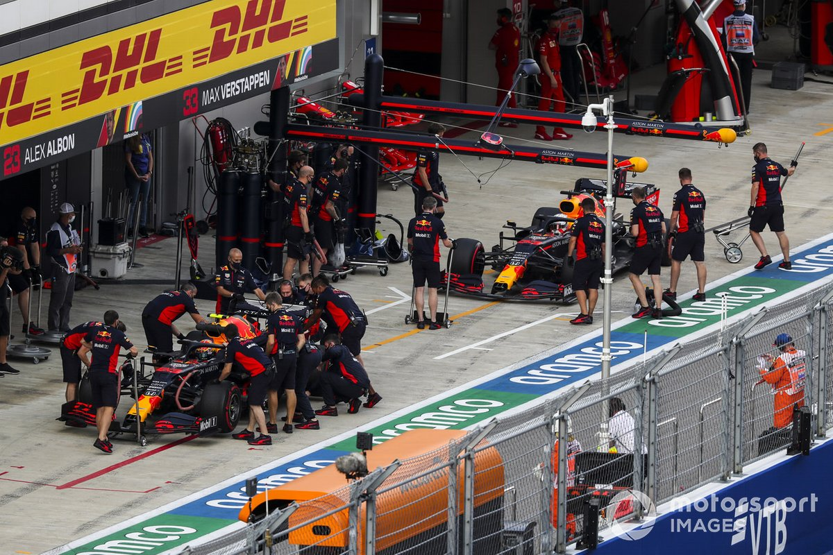 Alex Albon, Red Bull Racing RB16, Max Verstappen, Red Bull Racing RB16, en pits